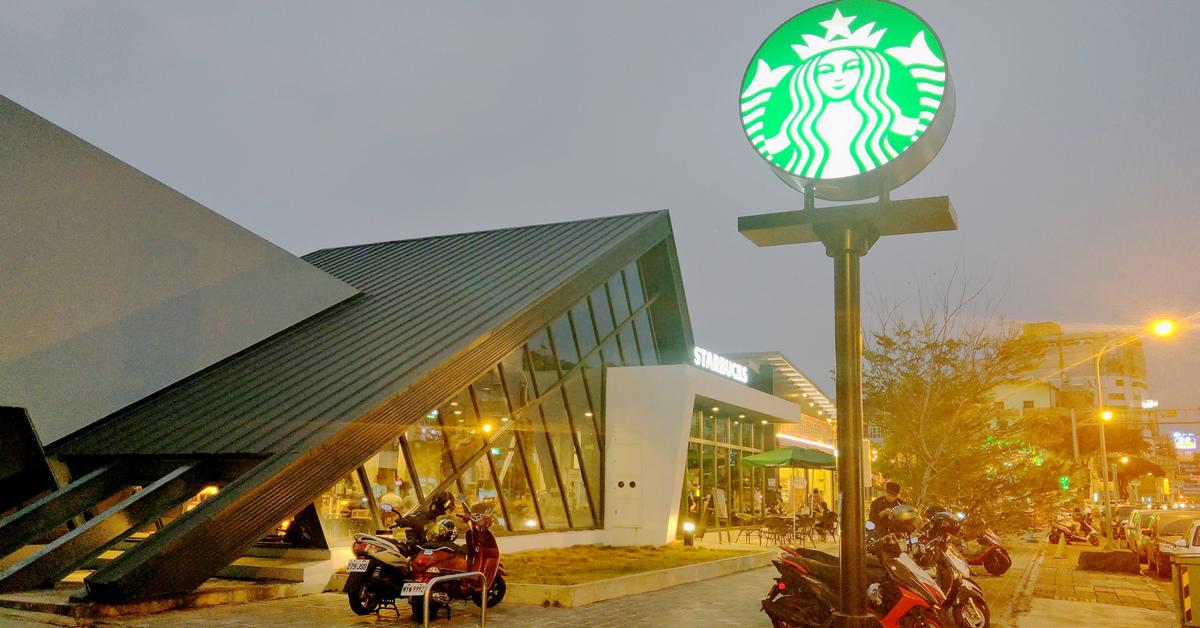 台灣特色星巴克 STARBUCKS 台南小北門市.獨特三角屋頂外型,宛如現代版合掌造