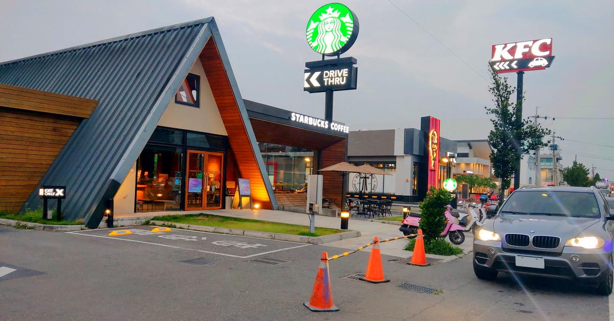台灣特色星巴克 STARBUCKS 嘉義民雄門市.三角屋頂歐式教堂造型,設有得來速車道的星巴克